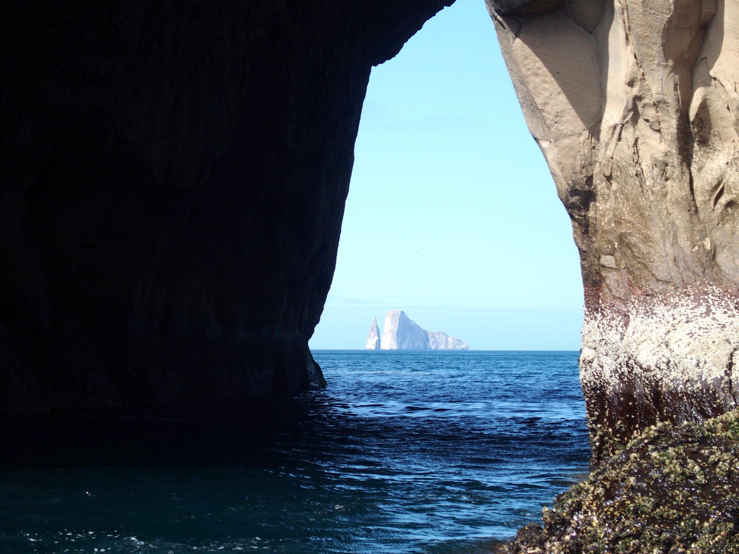 Kicker Rock vu d'une fosse dans un rocher San Cristobal Galapagos