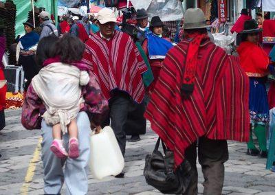 Femme et enfant sur le marché