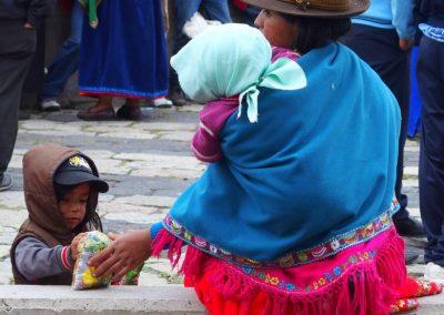 Femme et enfants sur le marché