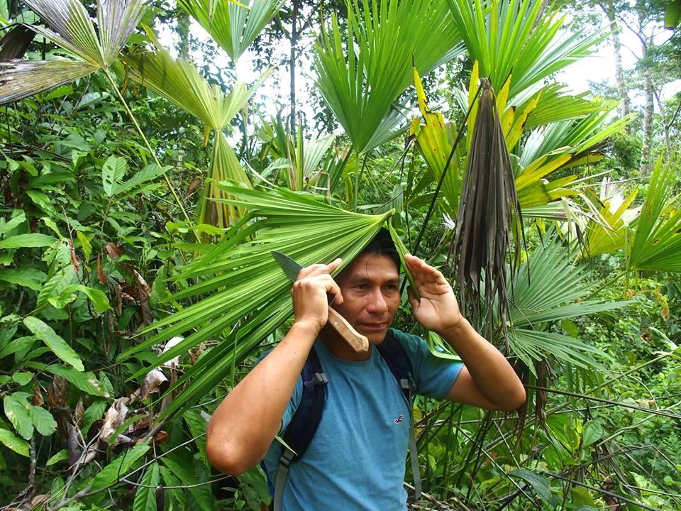 Carlos se protège de la pluie en Amazonie Equateur