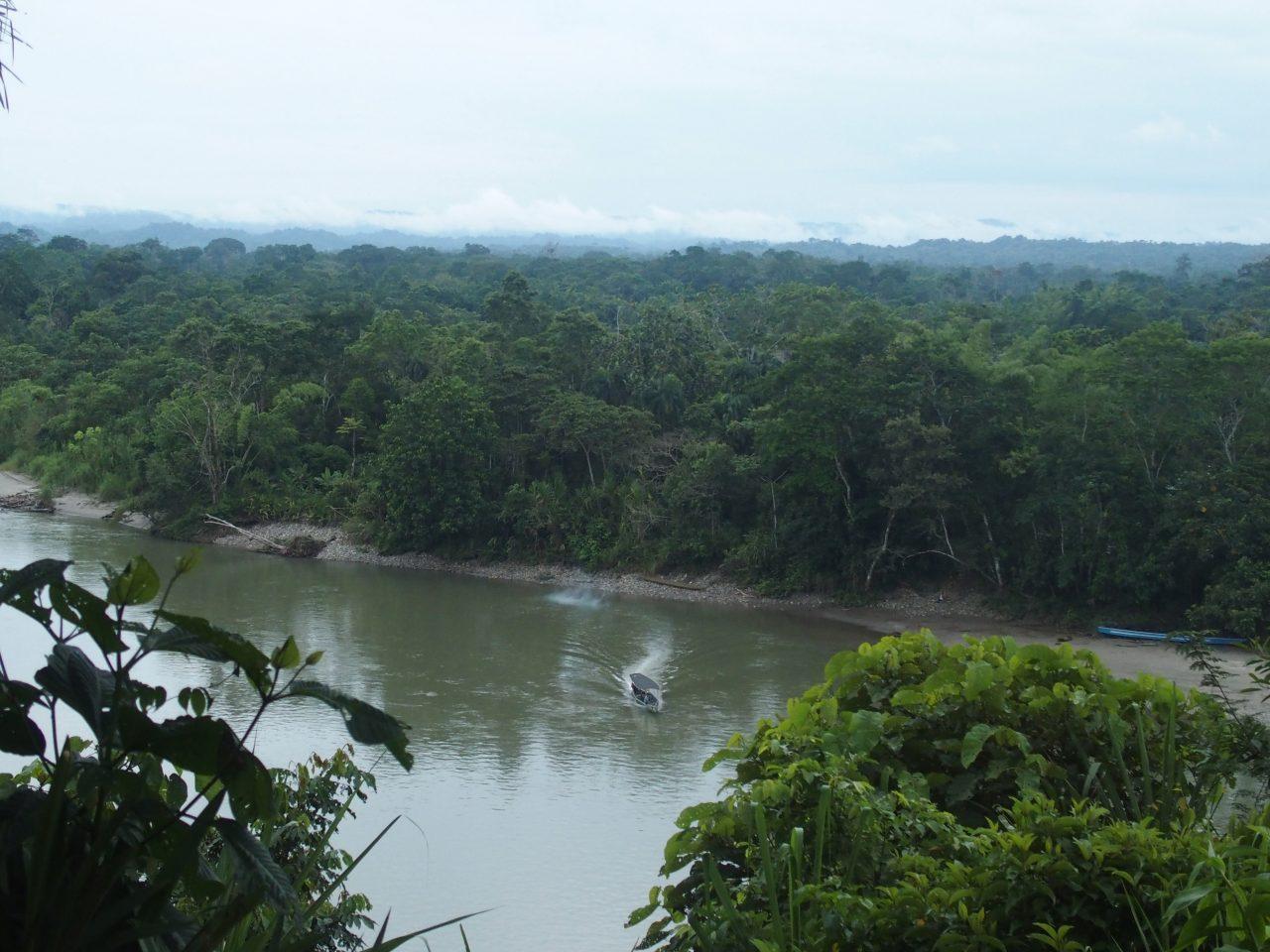 Traversée du fleuve Napo en pirogue en Amazonie équatorienne