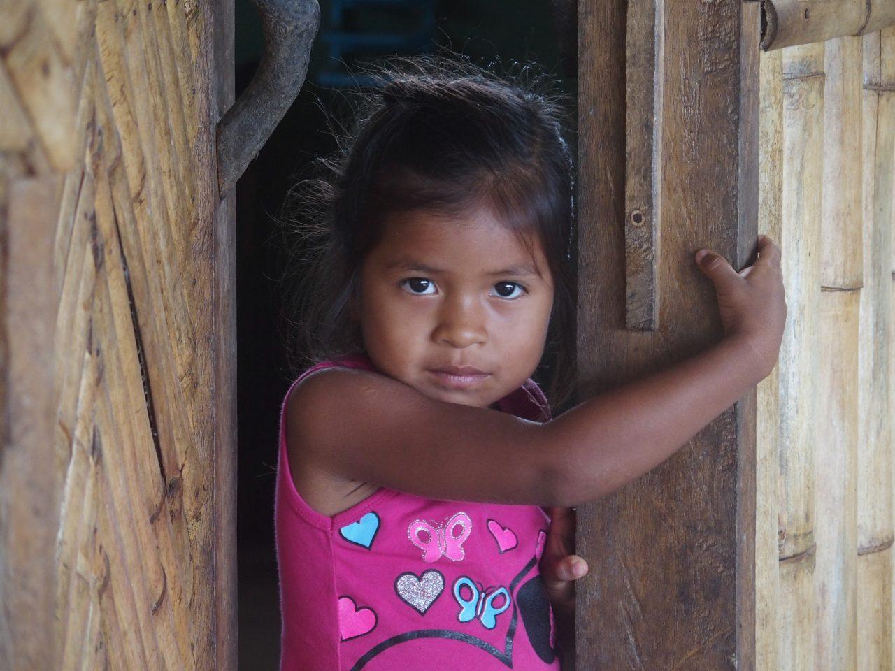 Jolie petite fille au sasha lodge Amazonie Equateur