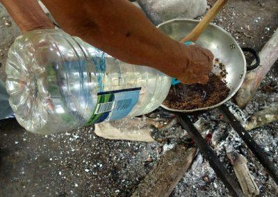 Ajout d'eau au mélange cacao-sucre