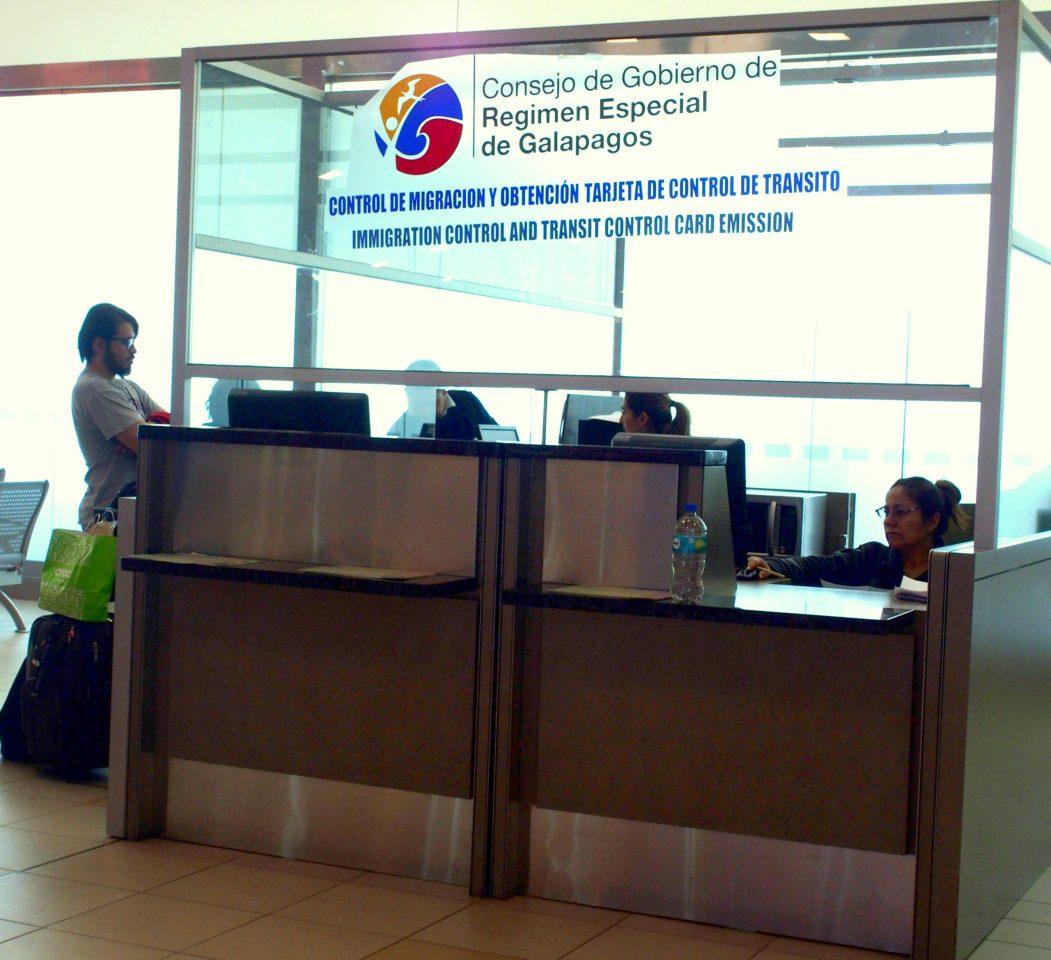 Passage au bureau de l'immigration avant l'embarquement pour les Galapagos