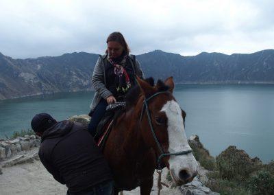 A cheval dans lagune Quilotoa Equateur
