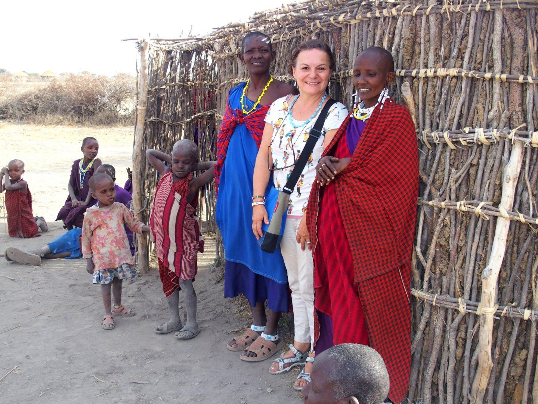 Avec femmes et hommes Massaï Tanzanie