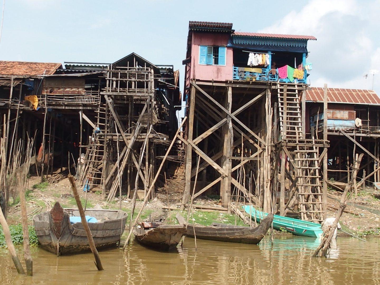 Barques et maisons pilotis Tonle Sap Cambodge