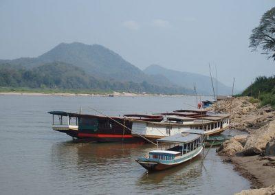 Barques pour traverser le Mékong Laos