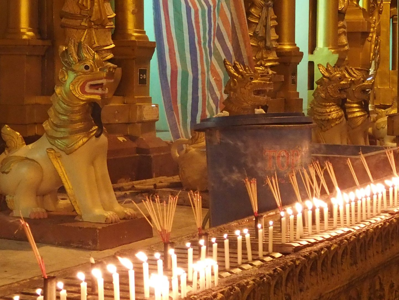 Bougies et encens Shwedagon Birmanie