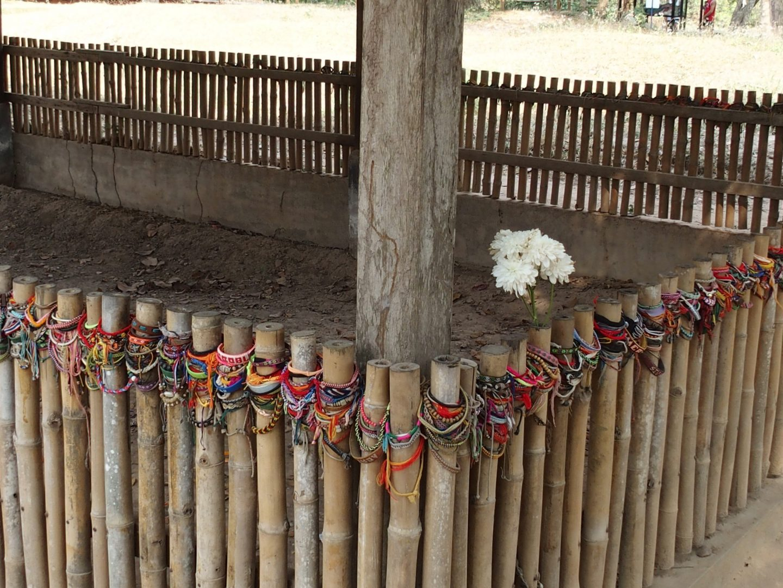 Bracelets sur tombe enfants et femmes Musée génocide Phnom Penh Cambodge