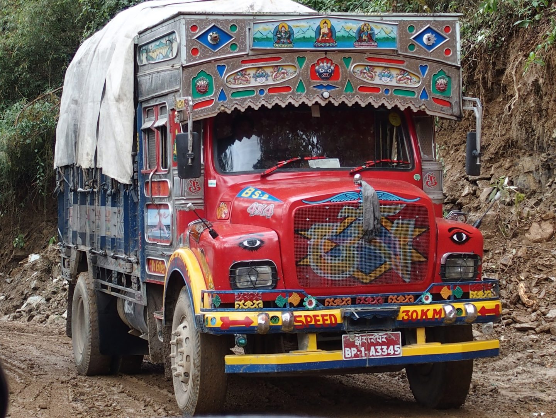 Camion sur route étroite Bhoutan