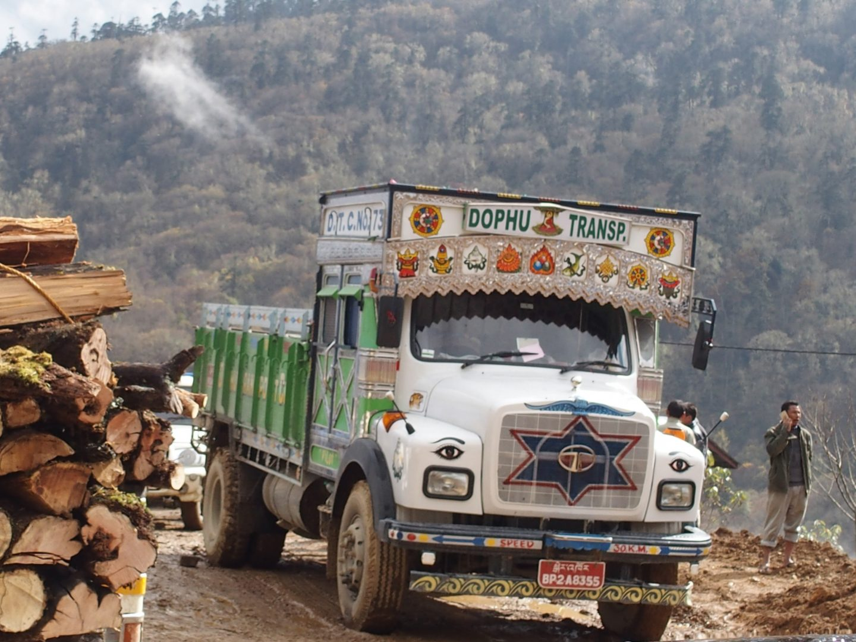Camion sur route glissante Bhoutan