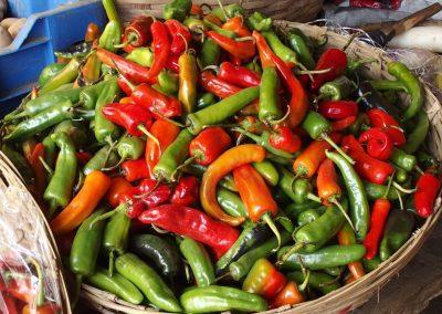 Corbeille piments frais marché Timphu Bhoutan