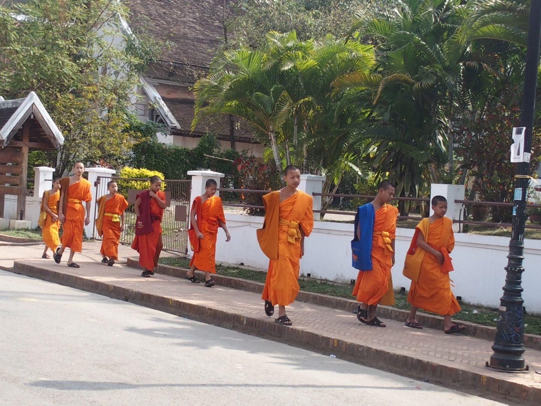 Départ des moines pour les cours Luang Prabang Laos