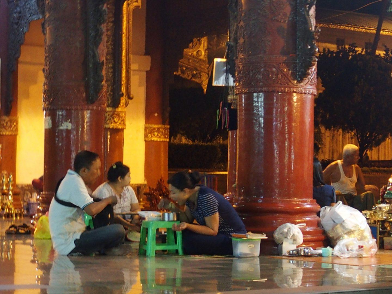 Dîner à la pagode Shwedagon Birmanie