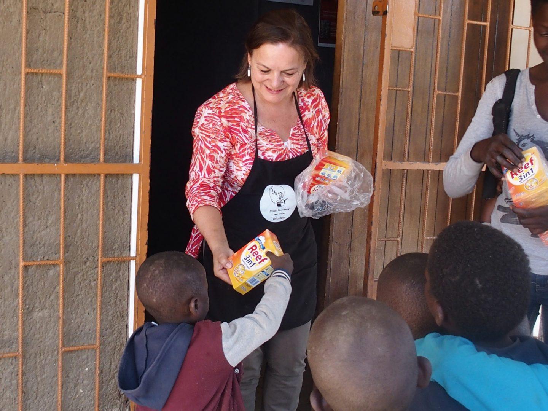 Distribution de paquets de lessive école HISA Namibie