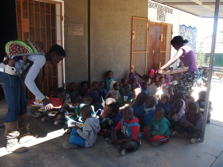 Distribution des barquettes repas Katutura Namibie