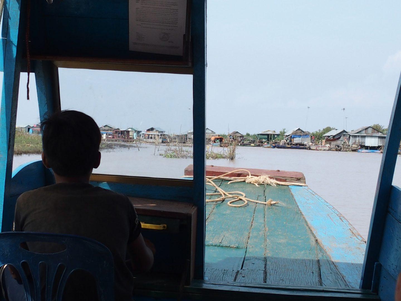 Enfant pilote de ma barque sur lac Tonle Sap Cambodge