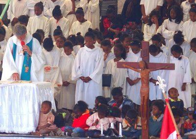 Enfants autour Père Pedro Madagascar