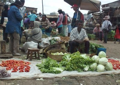 Etal légumes au sol marché Madagascar
