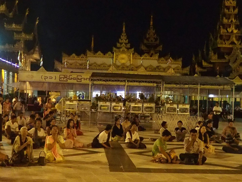 Fidèles en prière pagode Shwedagon Birmanie