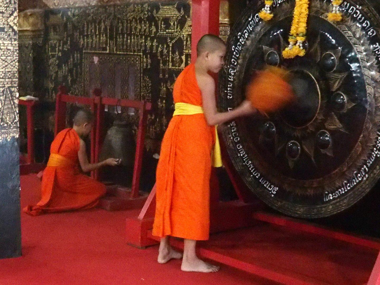Gong et cloche pour appel à la prière Laos