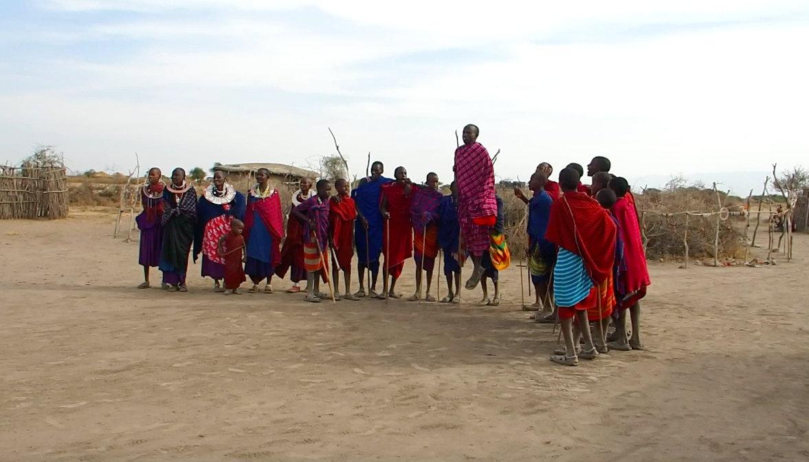 Groupe de danseurs sauteurs Massaï Tanzanie
