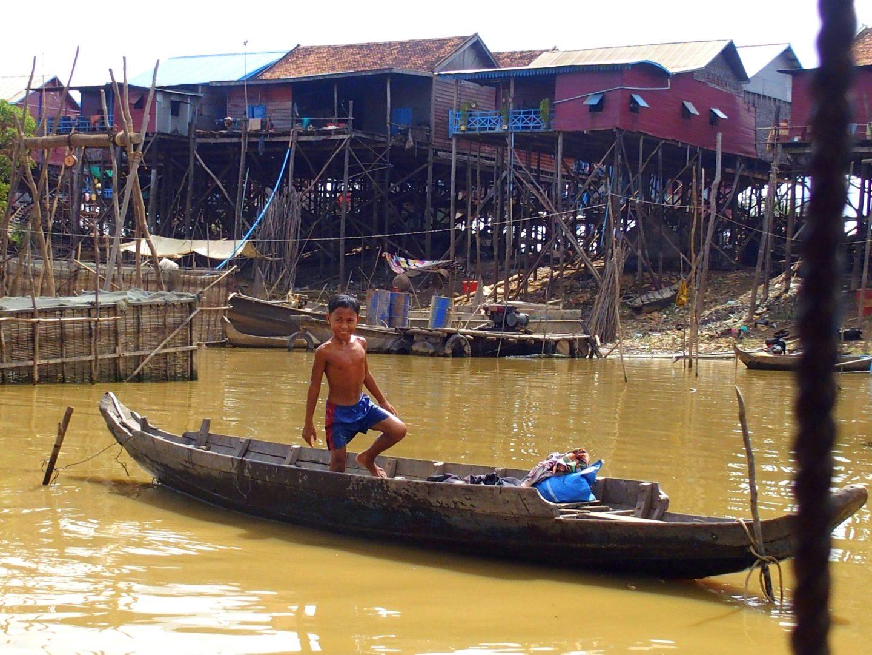 Jeune pêcheur sur le lac Tonle Sap Cambodge