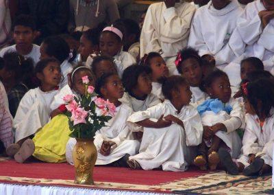Jeunes enfants à messe Père Pedro Madagascar
