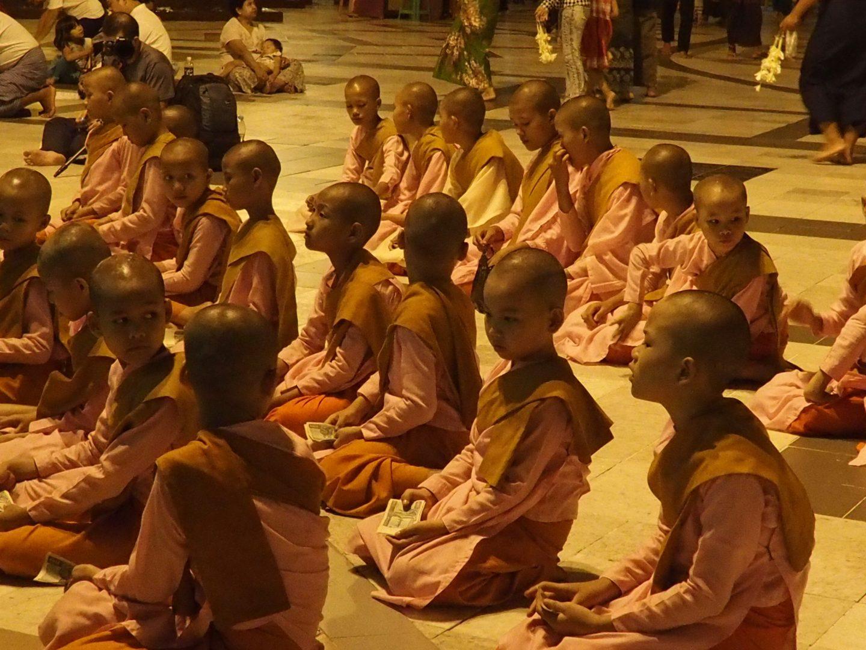Jeunes novices Shwedagon Birmanie