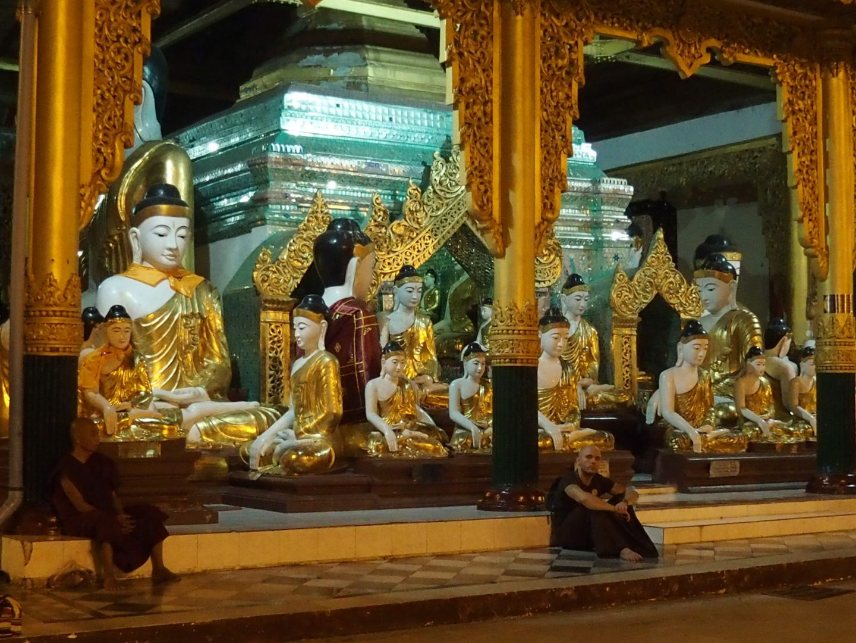 Moines contemplatifs pagode Shwedagon Birmanie