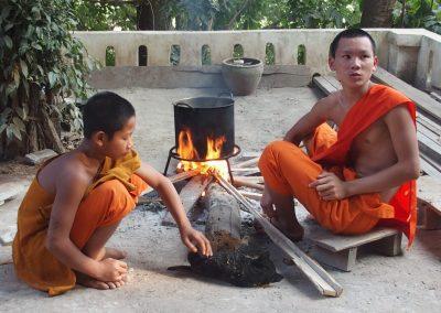 Novices et chiens Laos