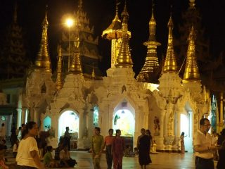 Emotion dans la pagode Shwedagon en Birmanie