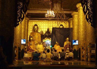 Prière Shwedagon Birmanie