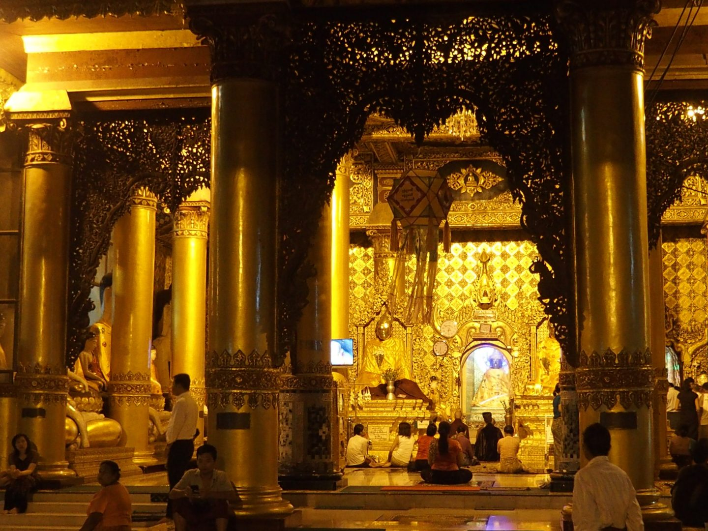 Prière devant Bouddha Shwedagon Birmanie
