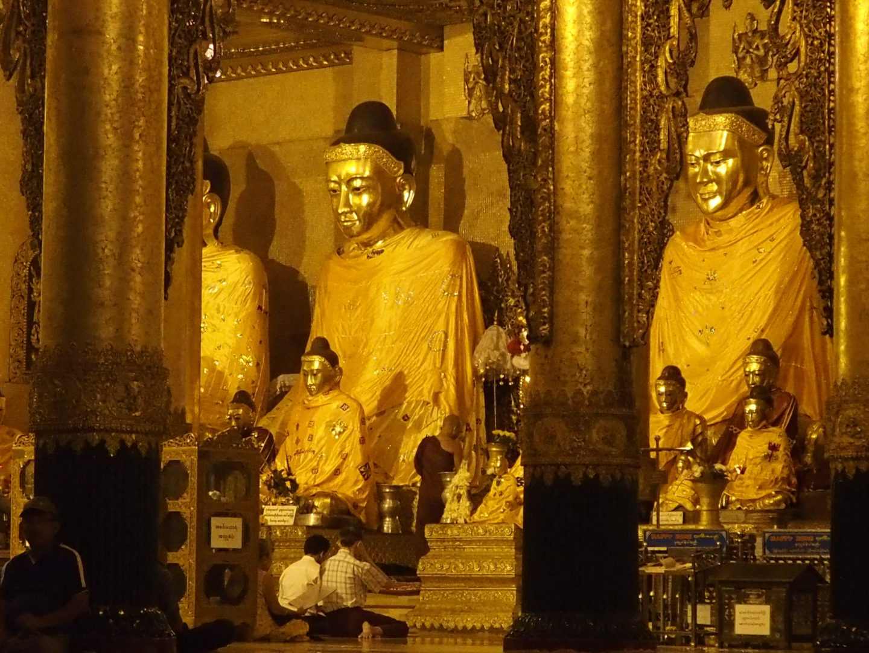 Prière devant bouddhas pagode Shwedagon Birmanie