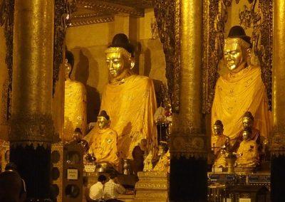 Prière pagode Shwedagon Birmanie