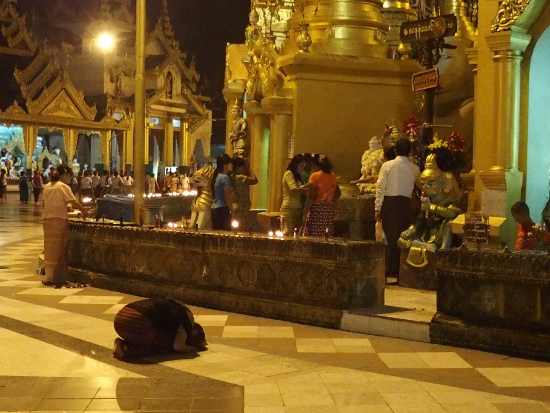Recueillement pagode Shwedagon Birmanie