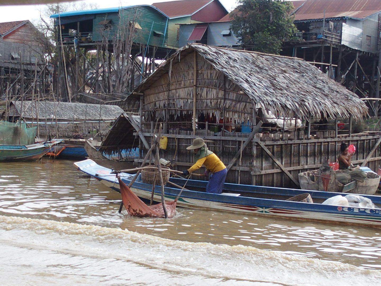 Relève des filets lac Tonle Sap Cambodge