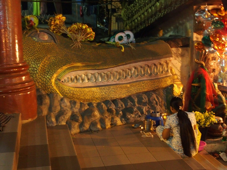 Repas dans l'escalier Shwedagon Birmanie