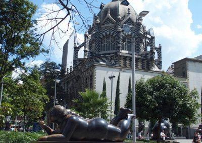 Statue Botero et cathédrale Medellin Colombie