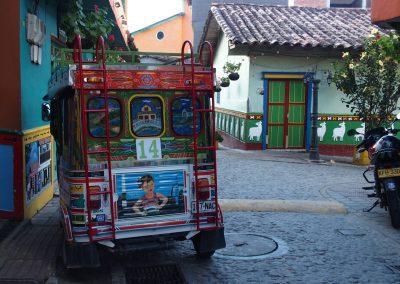 Taxi-chiva et zocalos sur les maisons Guatape Colombie