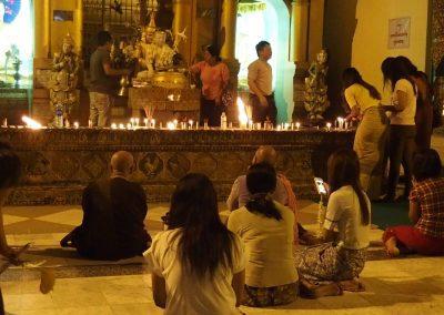 Temps de prière Shwedagon Birmanie