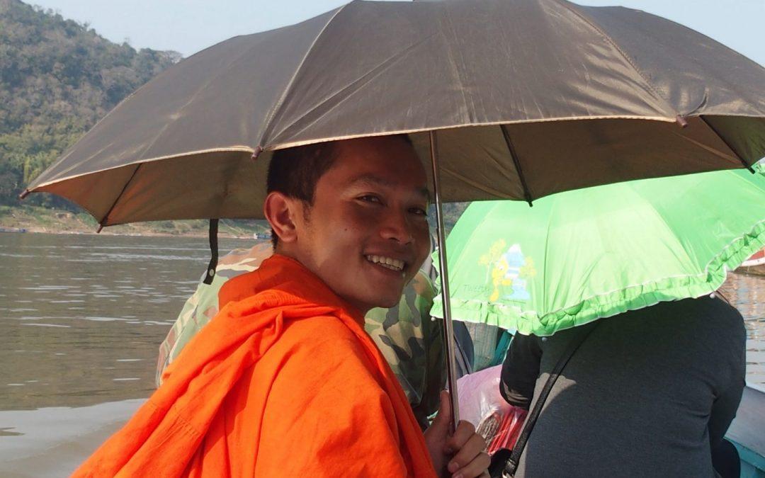 Un jeune moine devient mon guide au Laos…