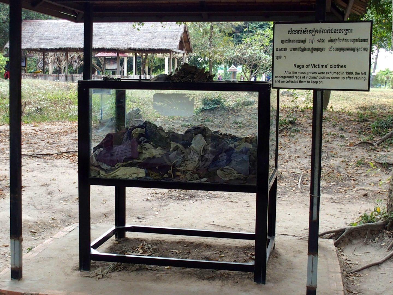 Vêtements des victimes Musée génocide Phnom Penh Cambodge