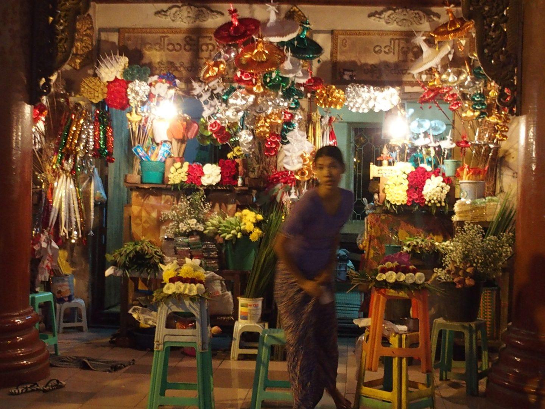 Vendeuse fleurs offrandes Shwedagon Birmanie