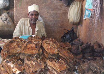 Vente poissons fumés marché Dar es Salaam Tanzanie