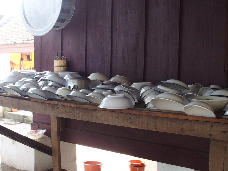 ménage et vaisselle au temple Luang Prabang Laos