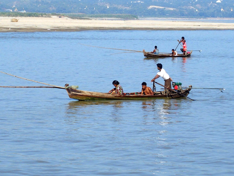 Barques pêcheurs Irrawady Mingun Birmanie