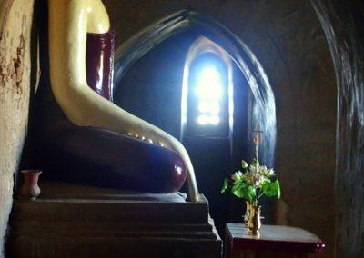 Bouddha dans clair obscur Bagan Birmanie